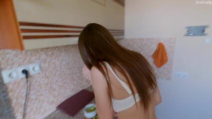 Порно русская модель отвлеклась от готовки и трахнулась с парнем