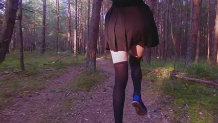 Школьницу с розовой киской трахают жестко в лесу