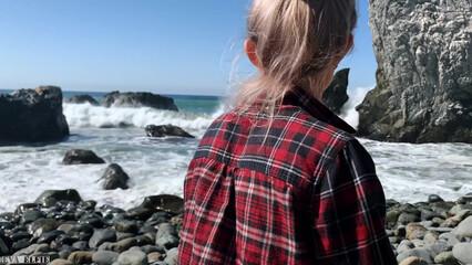 Русская девушка с большой грудью получает сперму в рот на берегу океана